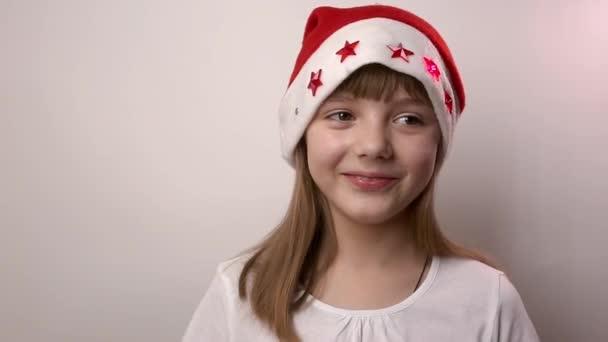 vicces kaukázusi lány a Mikulás kalap mosolyog, nevet a fehér háttér