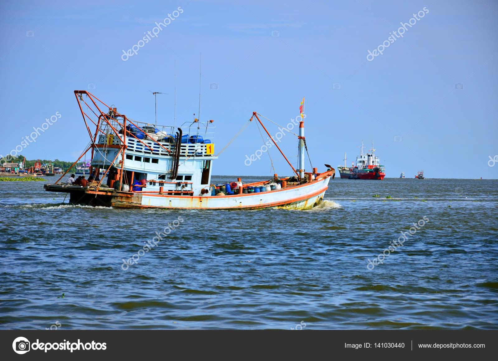 bateau de peche fluvial