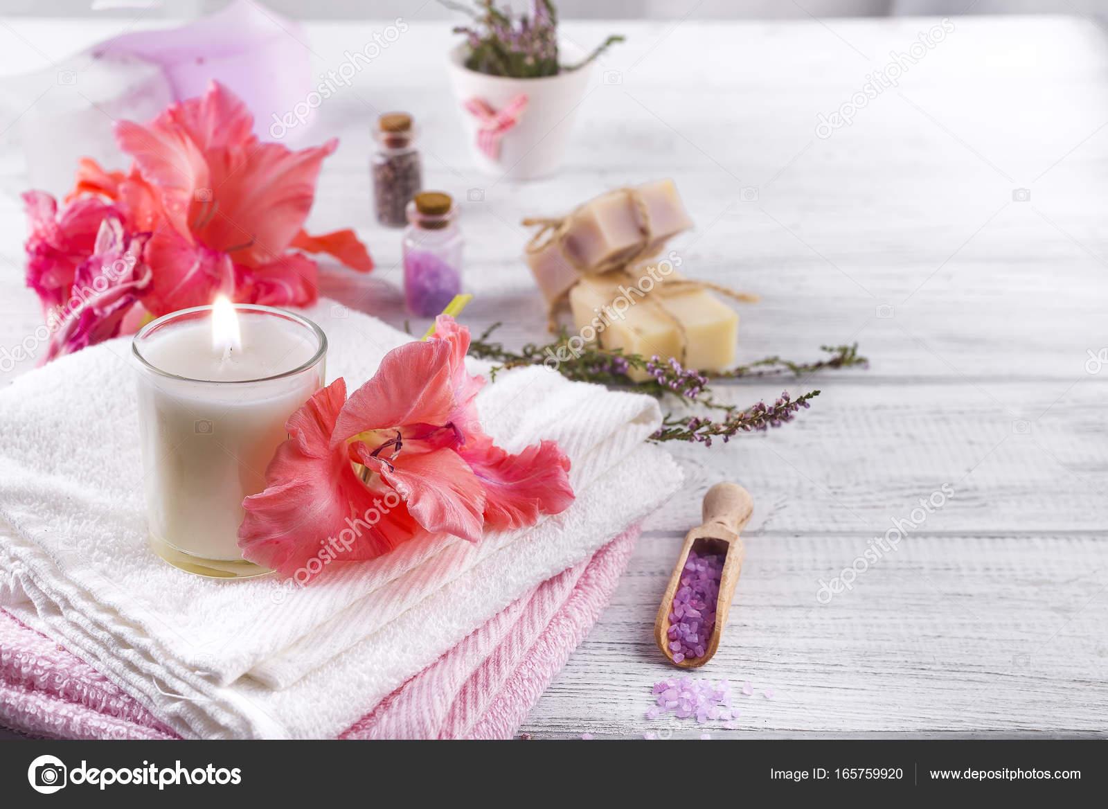 Spa wellness blumen  Wellness Blumen und Kerzen — Stockfoto © lyulka.86 #165759920