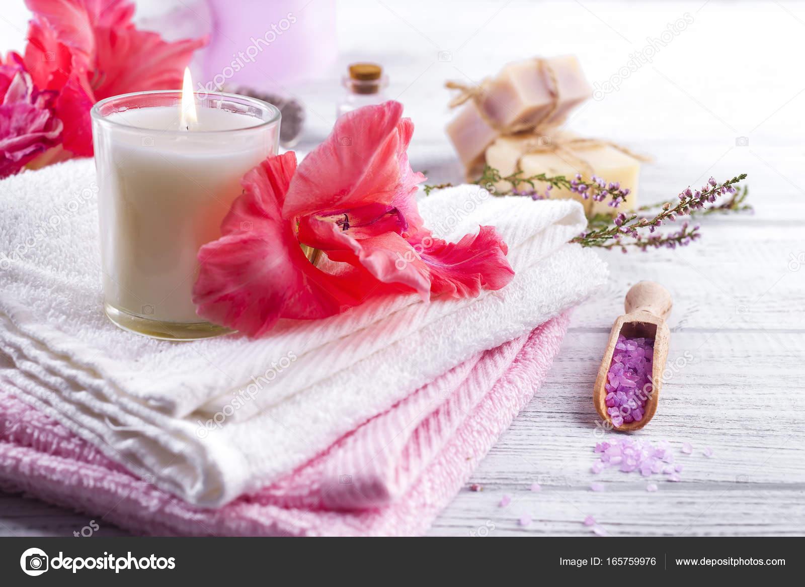 Spa wellness blumen  Wellness Blumen und Kerzen — Stockfoto © lyulka.86 #165759976