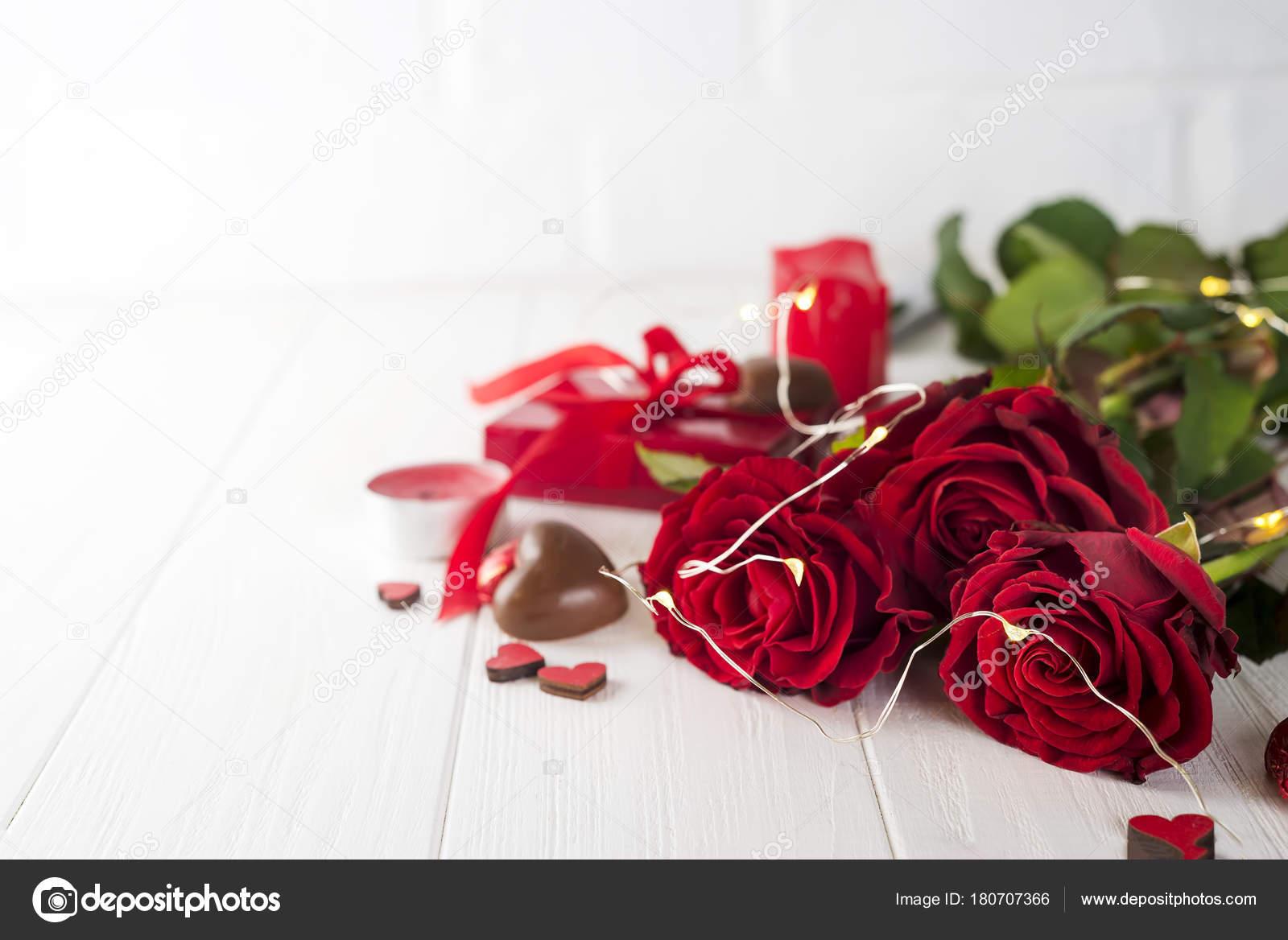 Rote Rosen Und Pralinen Zum Valentinstag Stockfoto C Lyulka 86