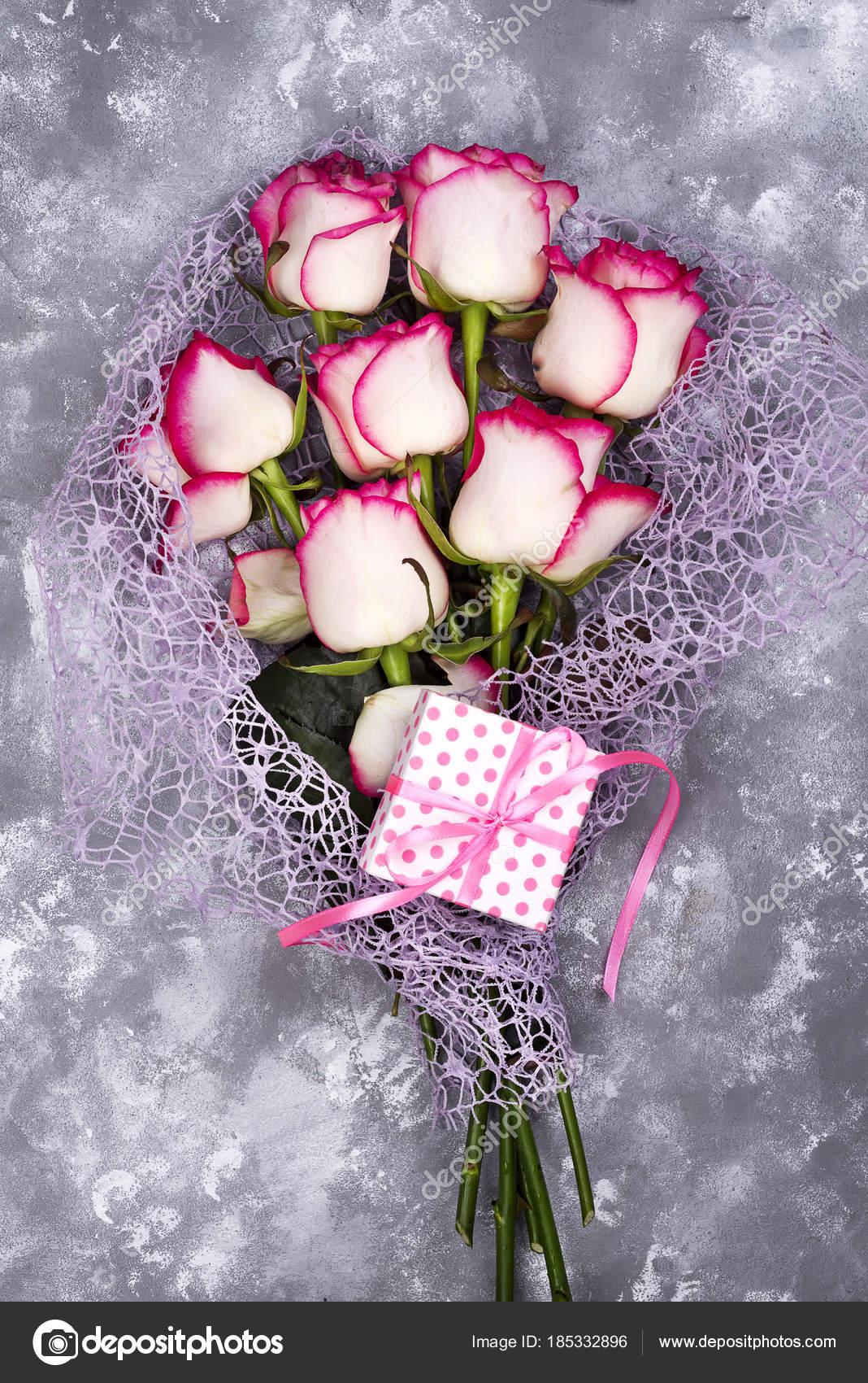 Bouquet De Fleur Rose Blanc Rouge Avec Coffret Rose Sur La Table En