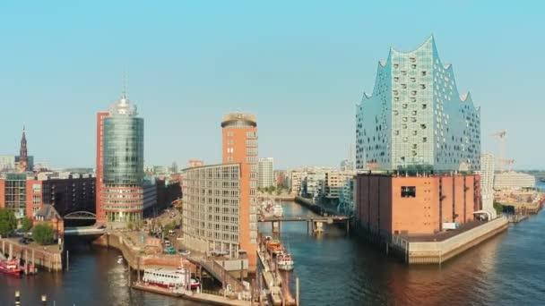 Luftaufnahme des modernen Prestige- und Geschäftsviertels von Hamburg hafencity an einem schönen schönen Tag mit wolkenlosem Himmel vor Sonnenuntergang