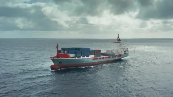 Különböző árukat tartalmazó konténerek transzkontinentális szállítása a teherhajón a nyílt tengeren .