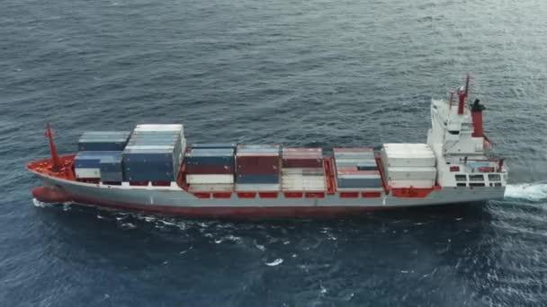 Přeprava kontejnerů s různými náklady na nákladní lodi v otevřeném oceánu.