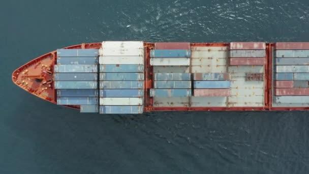 Letecký pohled na nákladní loď přepravující kontejnery s různým zbožím