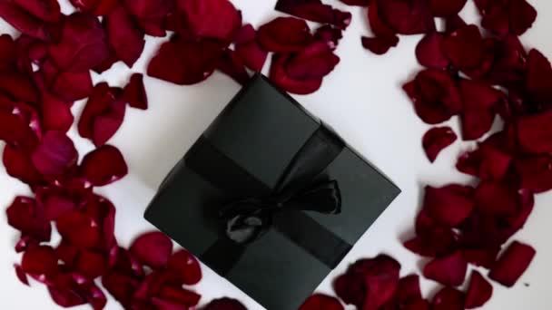 Elegantní, originální dárková krabička v okvětních lístcích růží ve tvaru srdce. Dárek na dovolenou, romantický. Narozeniny, Valentýn, Nový rok, svatební den. dárek v černé krabici s okvětními lístky růží.