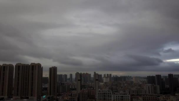 Kína, Guangdong tartomány, Shenzhen, Longhua körzet, 01 / 07 / 2018. Gyorsan mozgó felhők időkörei alacsonyan a város felett. Mielőtt az eső, szürke felhők, időjárás, vihar, hihetetlenül szép