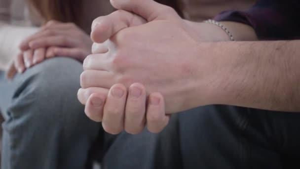 Junge, unkenntliche Frau, die männliche kaukasische Hände in den Vordergrund nimmt. Gestresstes Paar mit schwieriger Lebensphase. Unterstützung, Einheit, Lebensstil.