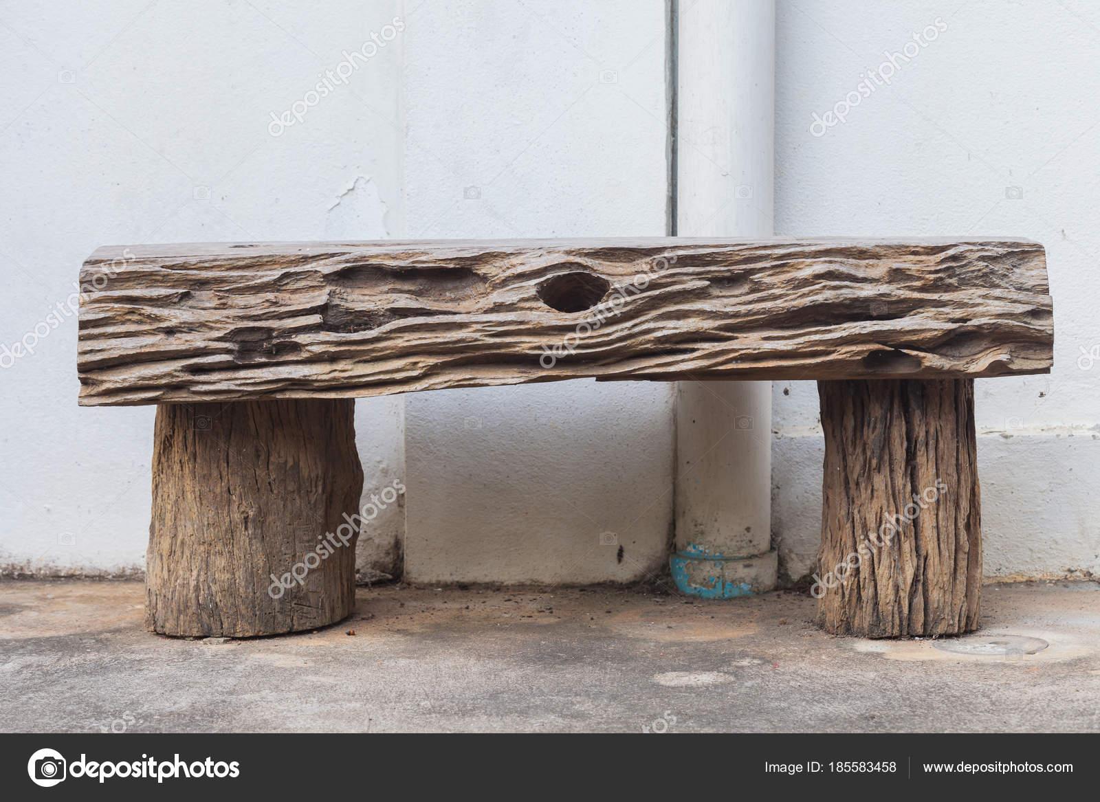 Vecchio sgabello di legno sul pavimento di cemento u foto stock