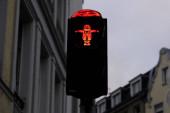 ein bild des deutschen philosophen karl marx steht am 11. januar 2020 an einer ampel für passagiere in seiner heimat trier.