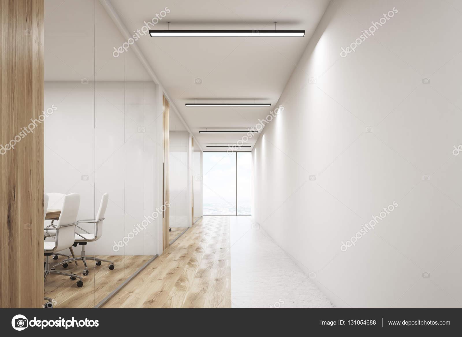 Voorste veiw van office met een lege muur en rij meeting rooms