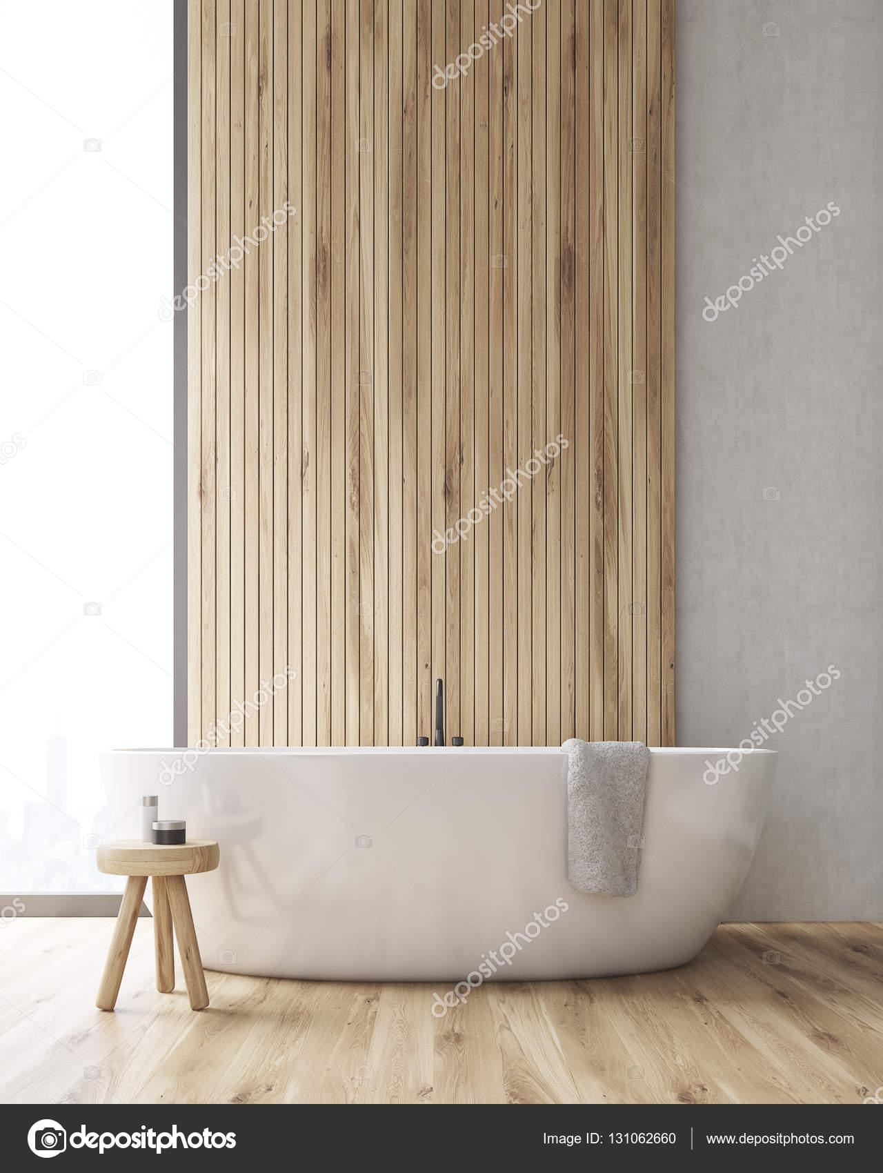Vooraanzicht van een badkamer met een bad en een houten muur ...