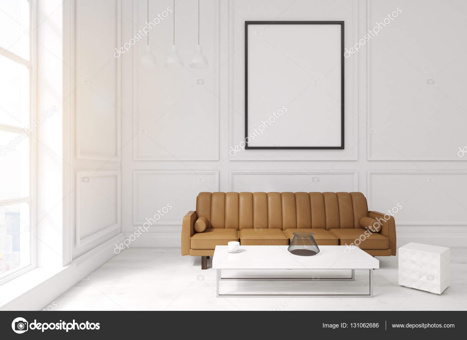Woonkamer met poster, bruin sofa en een koffietafel — Stockfoto ...