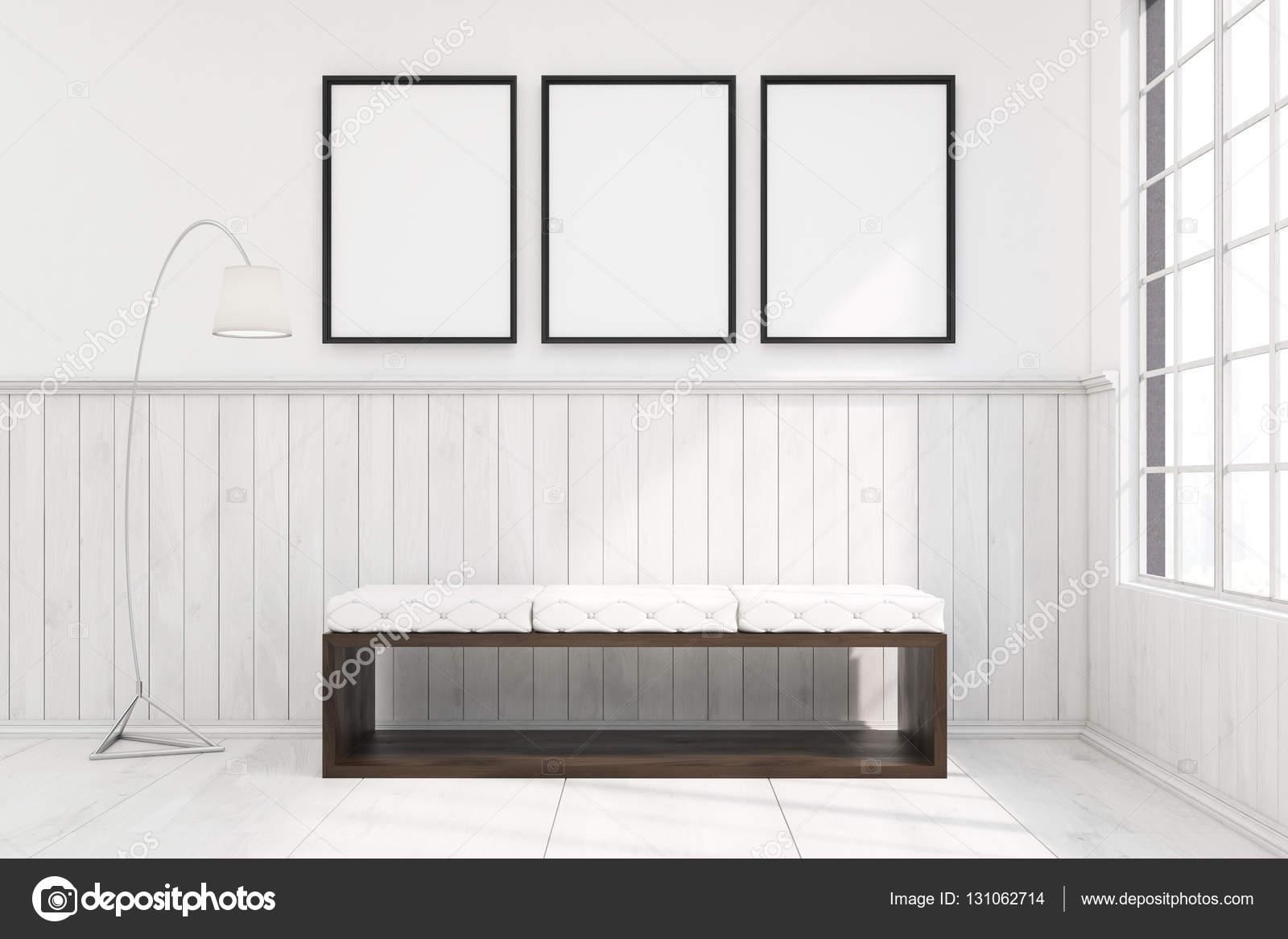 Bank in einem Raum mit drei gerahmte Poster — Stockfoto ...