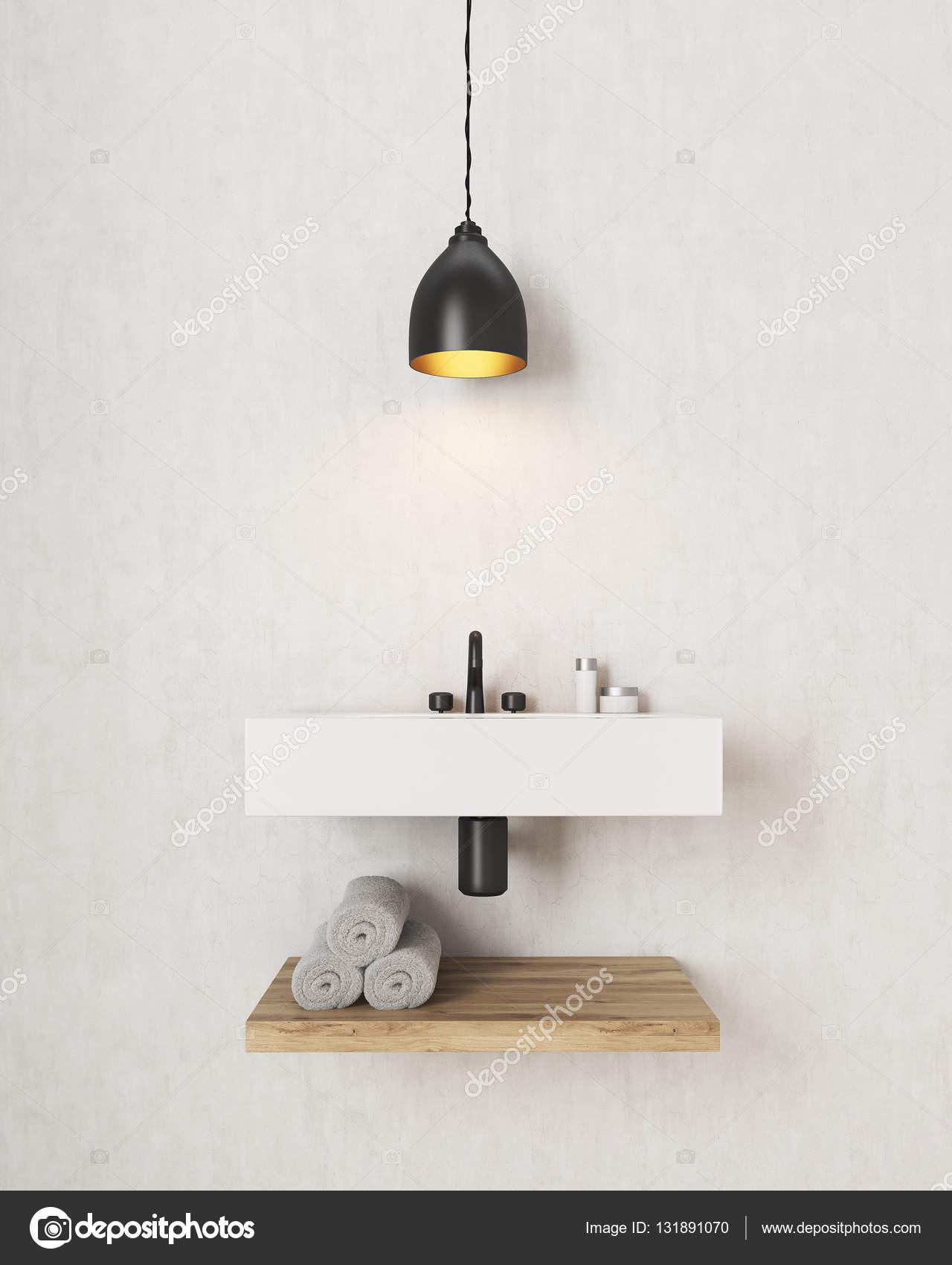 Badkamer wastafel met houten plank eronder — Stockfoto ...
