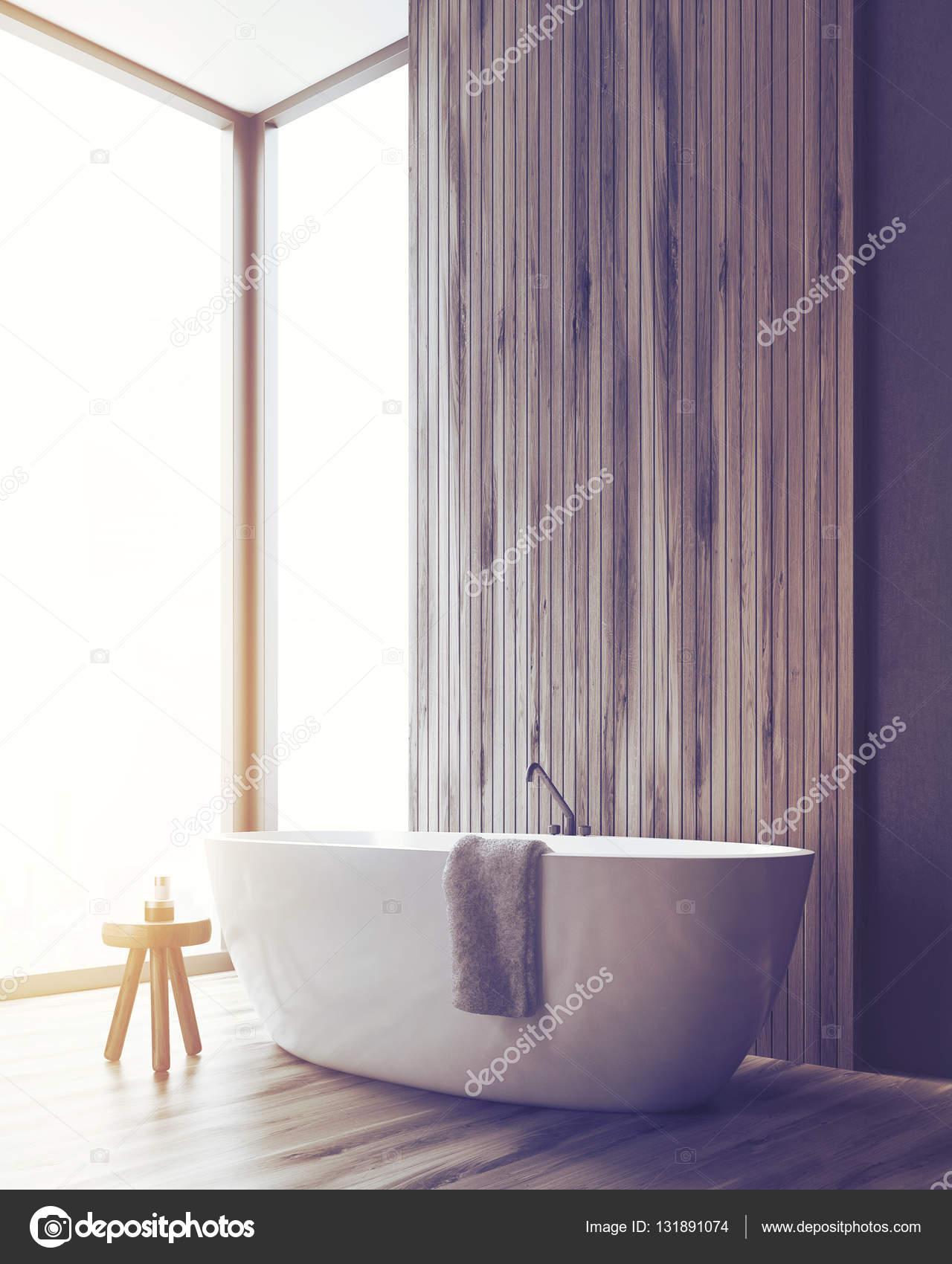 Ecke Ein Badezimmer Mit Einer Badewanne Und Einer Holzwand, Getönt U2014  Stockfoto