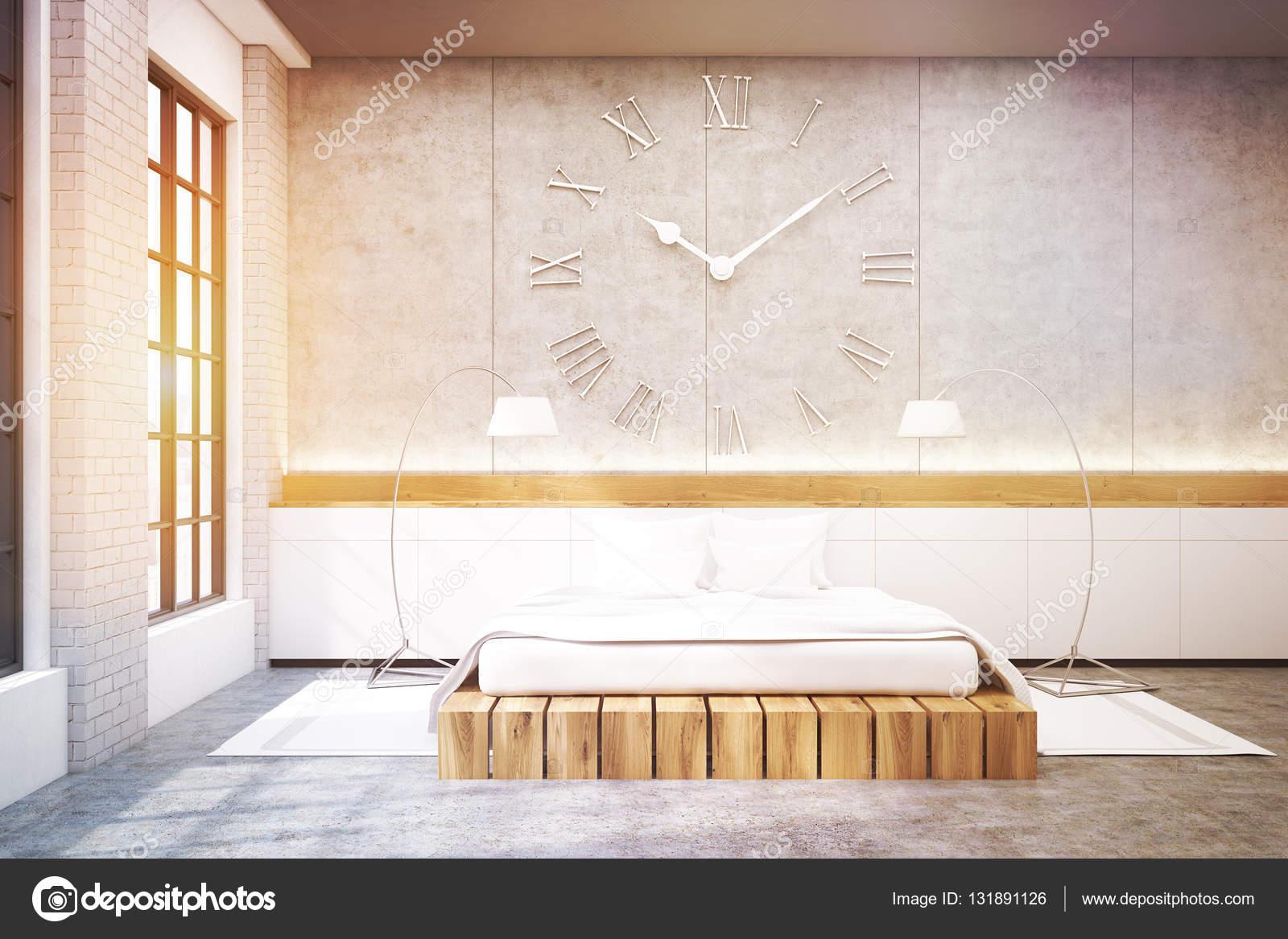 Grote Slaapkamer Lamp : Grote slaapkamer met een tweepersoonsbed een klok en twee lampen