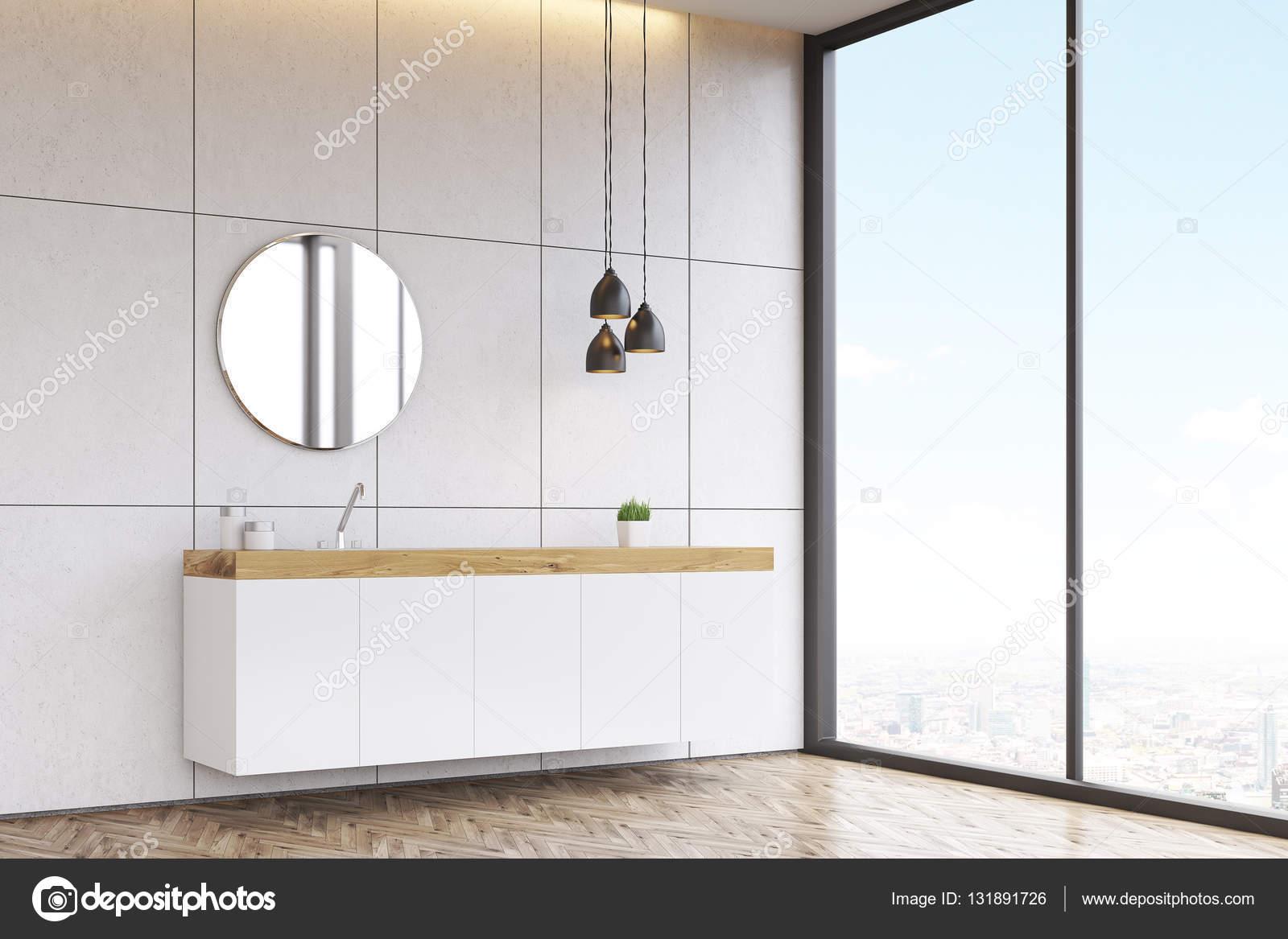 Ronde Spiegel Badkamer : Zijaanzicht van een badkamer wastafel met ronde spiegel op de