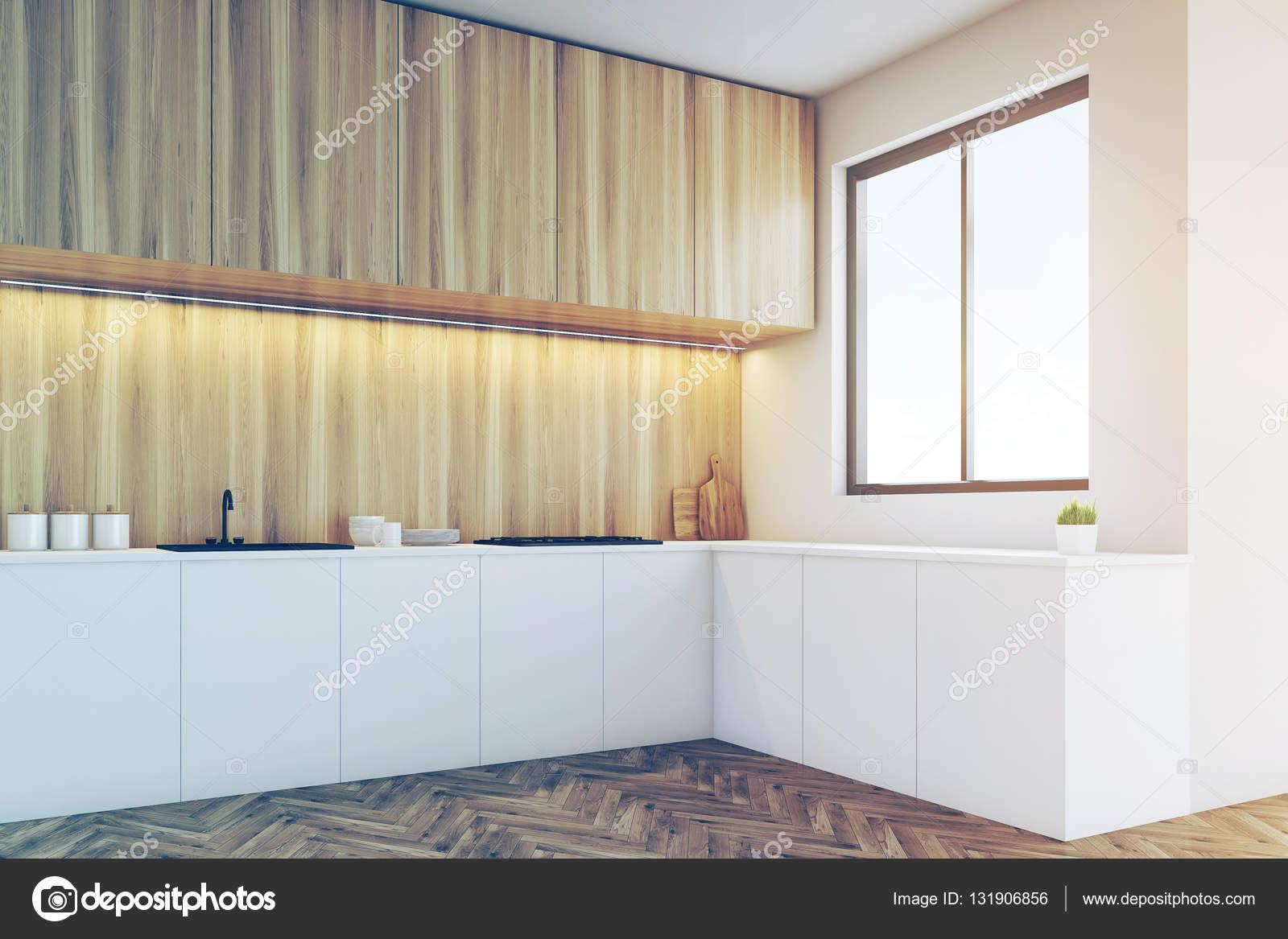 Angolo di un ripiano della cucina con mobili in legno chiaro ...