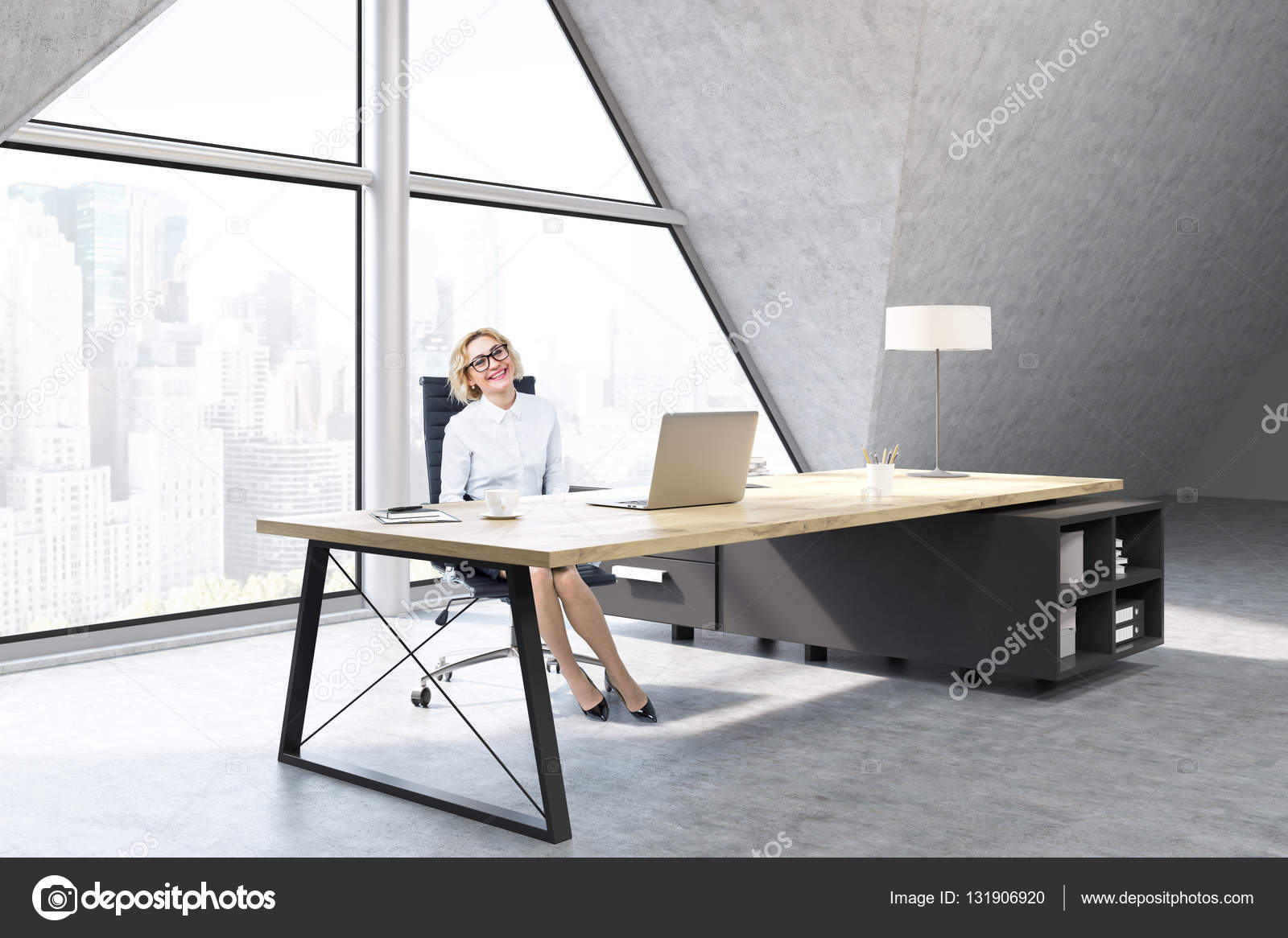 Donna in un ufficio del ceo con finestra triangolare u foto stock