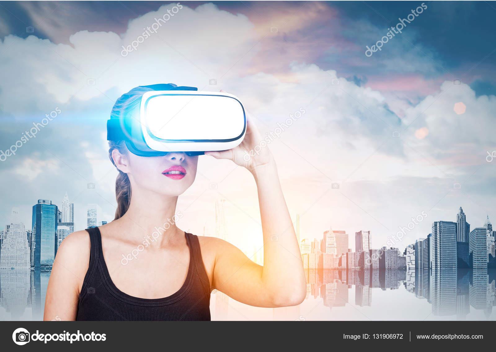 cee4be27c0e1c6 Fille à lunettes de réalité virtuelle est debout contre un panorama de la  grande ville et de sa réflexion. Image tonique — Image de denisismagilov