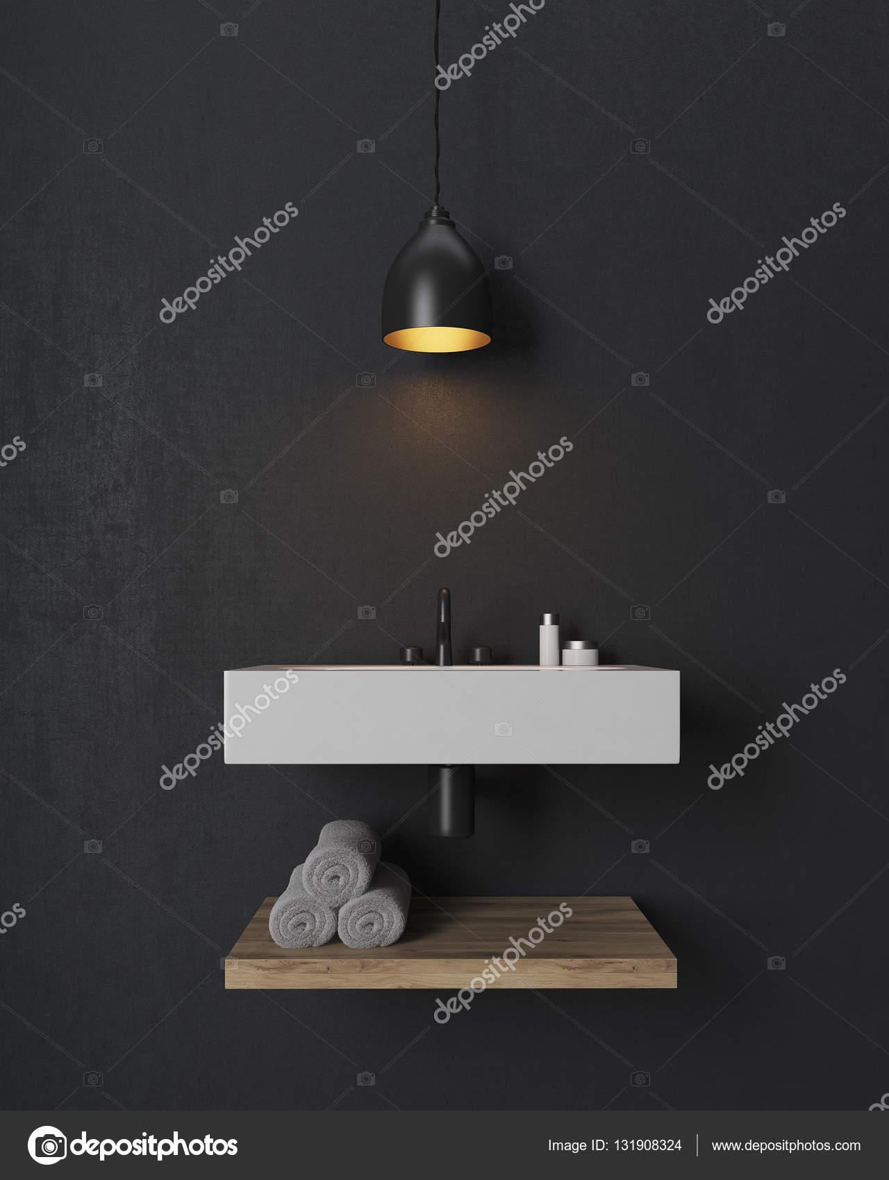 Badkamer wastafel met houten plank eronder op zwarte muur ...