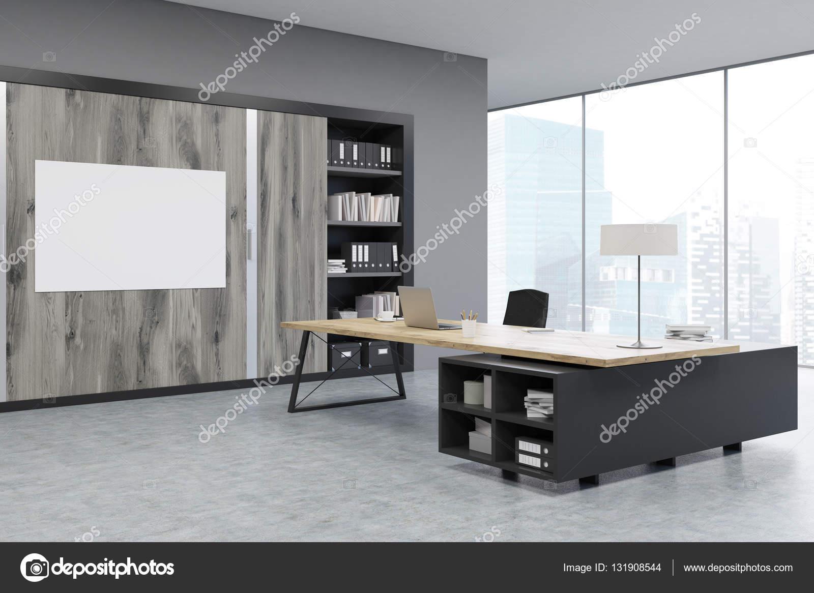 Hoek van een Ceo Bureau met houten deuren en een boekenkast ...