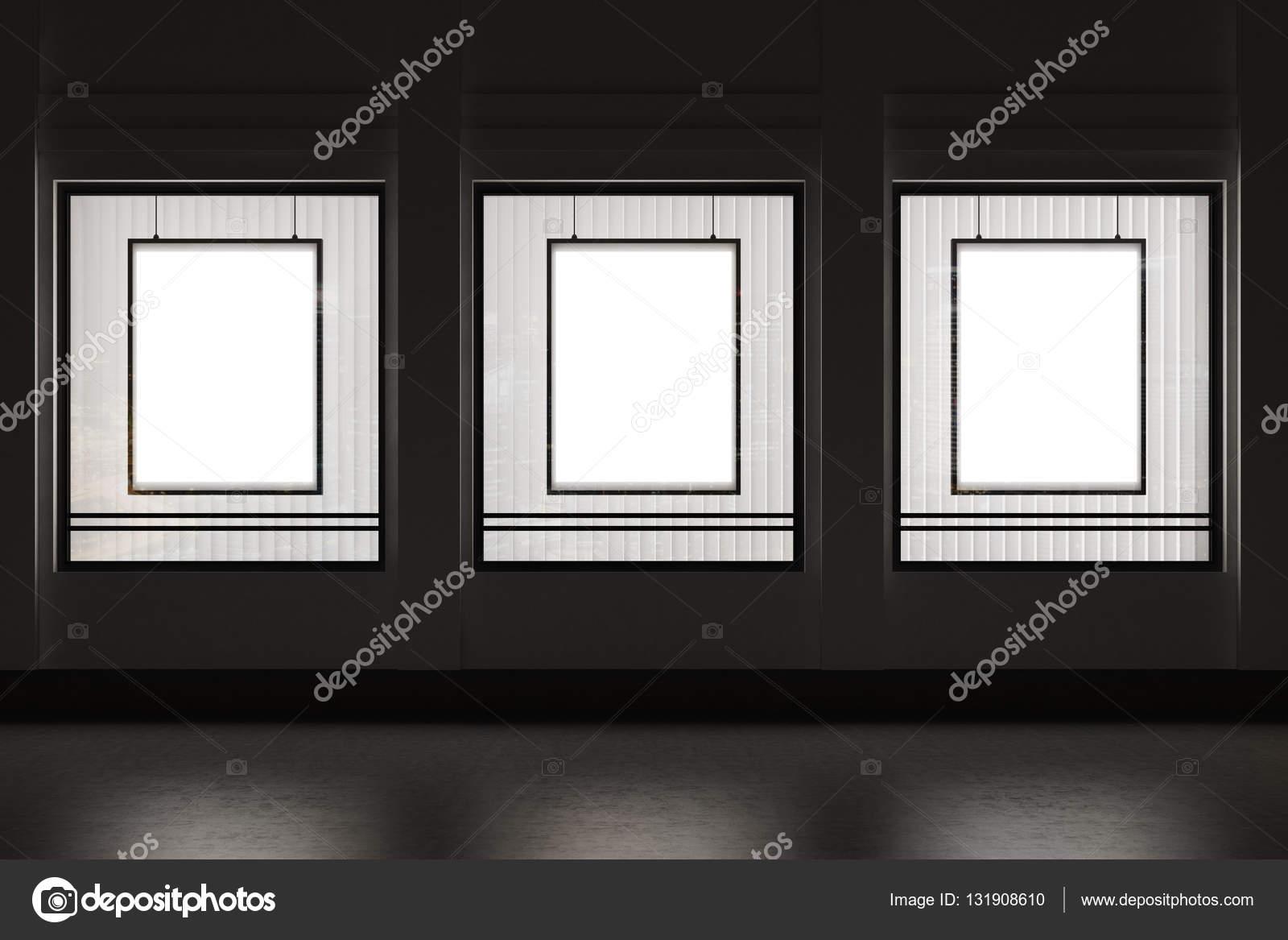 Escaparate con tres carteles verticales enmarcados en una pared ...