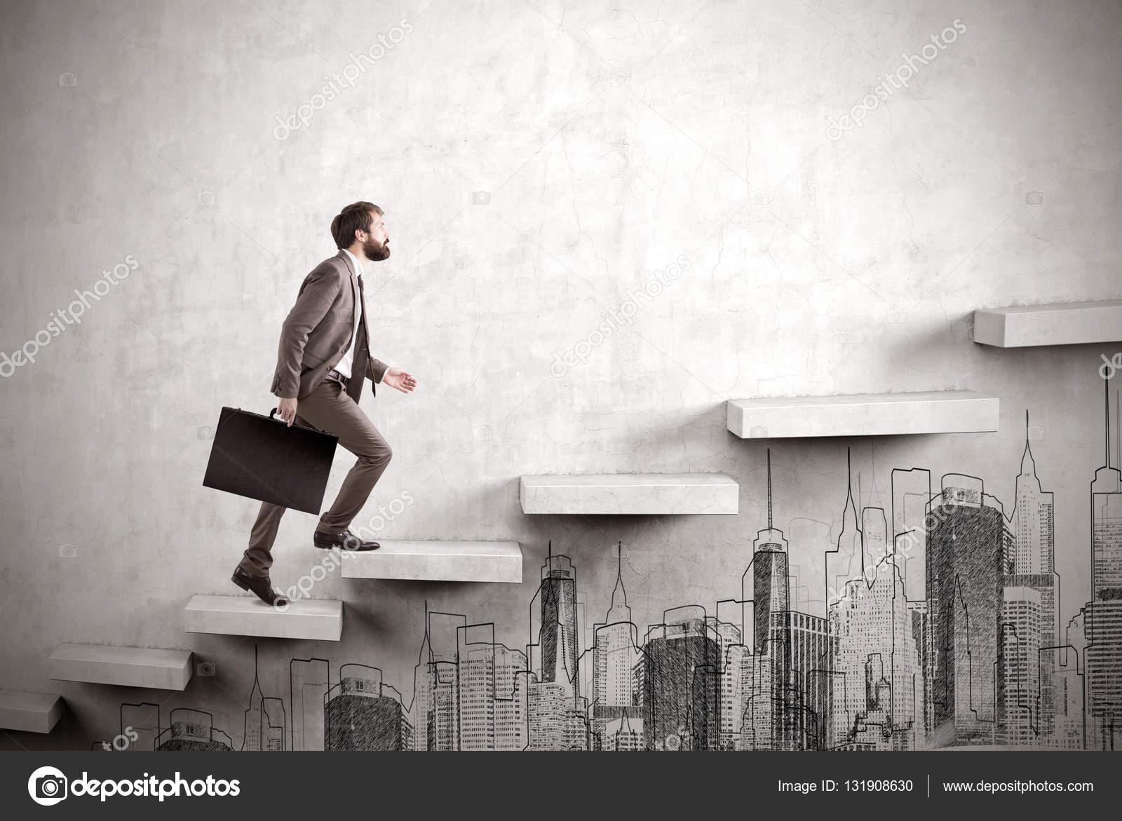 Vista laterale dell 39 uomo d 39 affari arrampicata su una scala for Scala in cemento armato a vista
