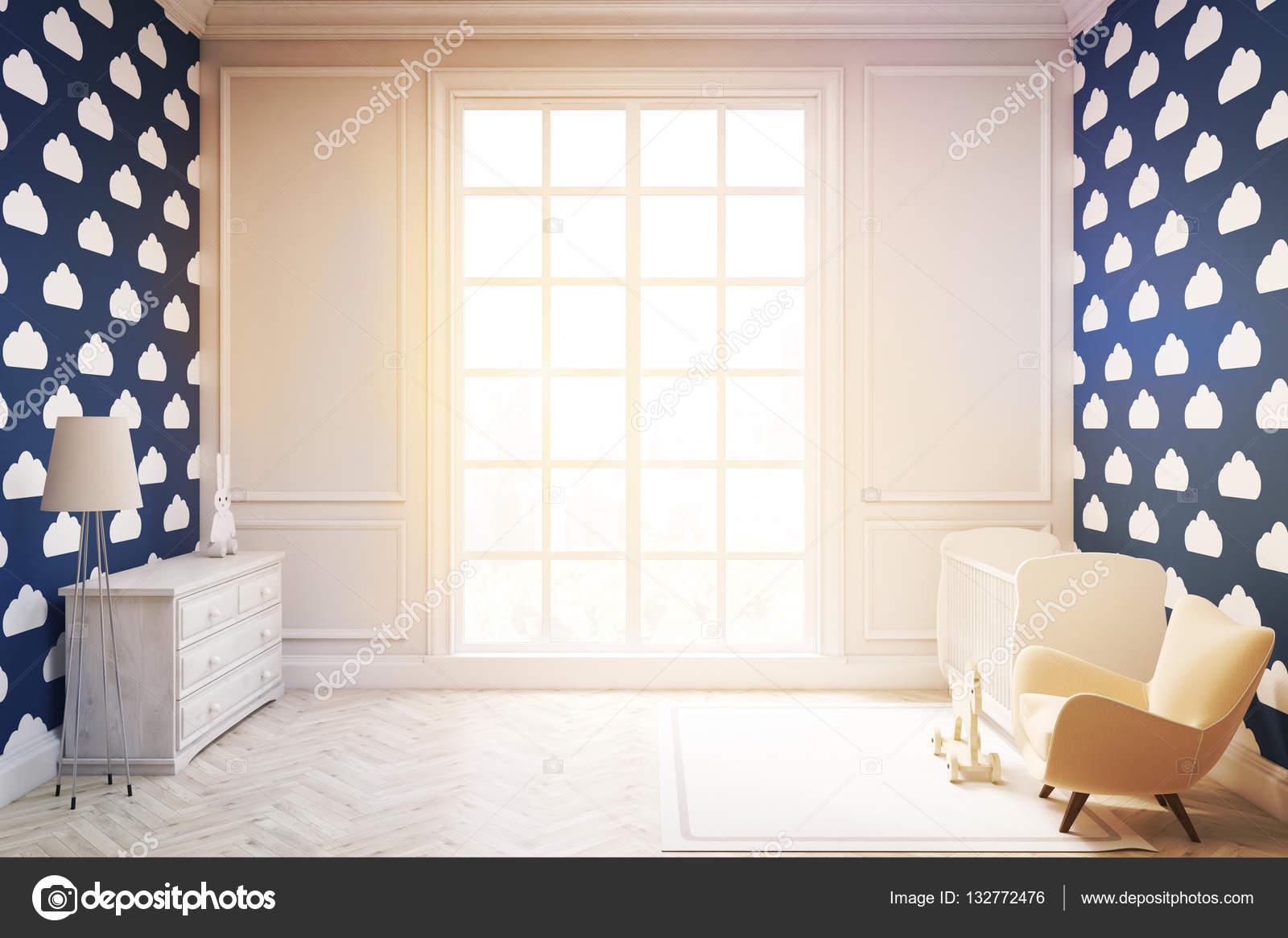 Kinderzimmer mit Wolke Tapete auf dunklen blauen Wand, getönt ...