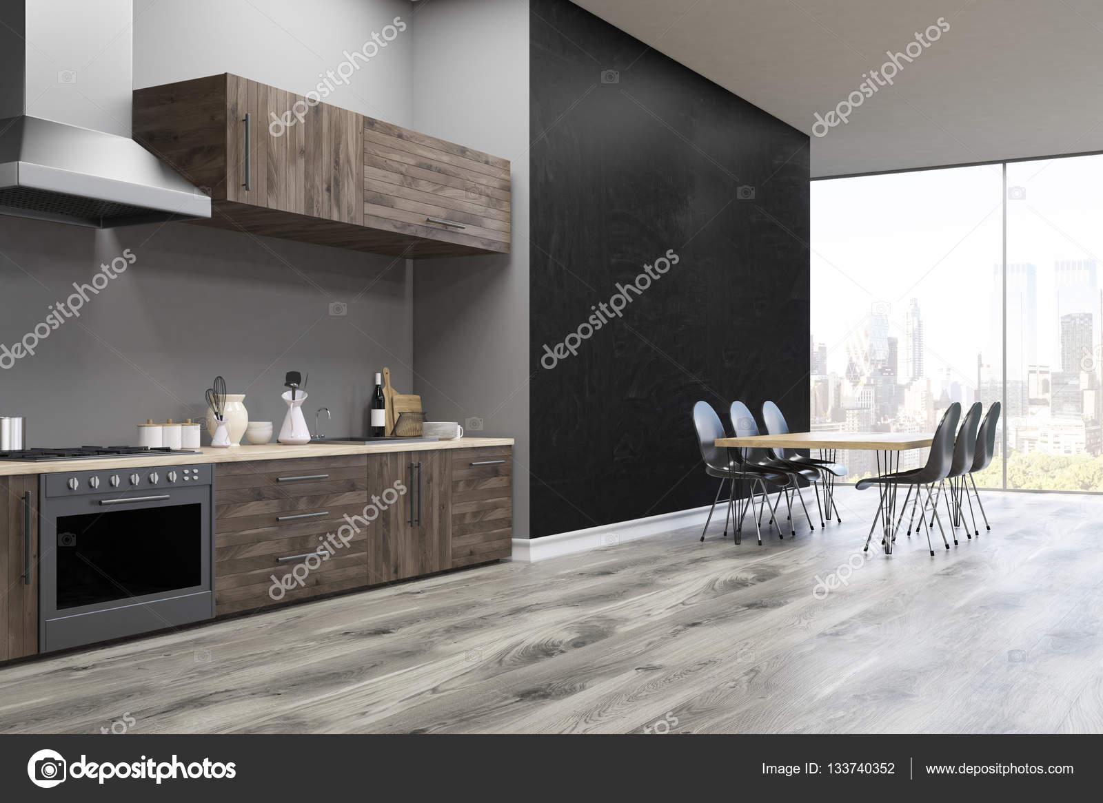 Vista laterale di un interiore della cucina con parete nera u foto