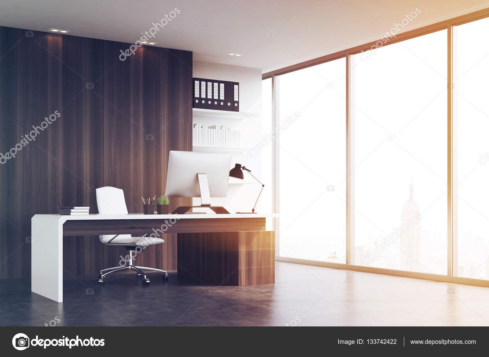 Bureau du chef d entreprise avec des murs de bois sombres aux