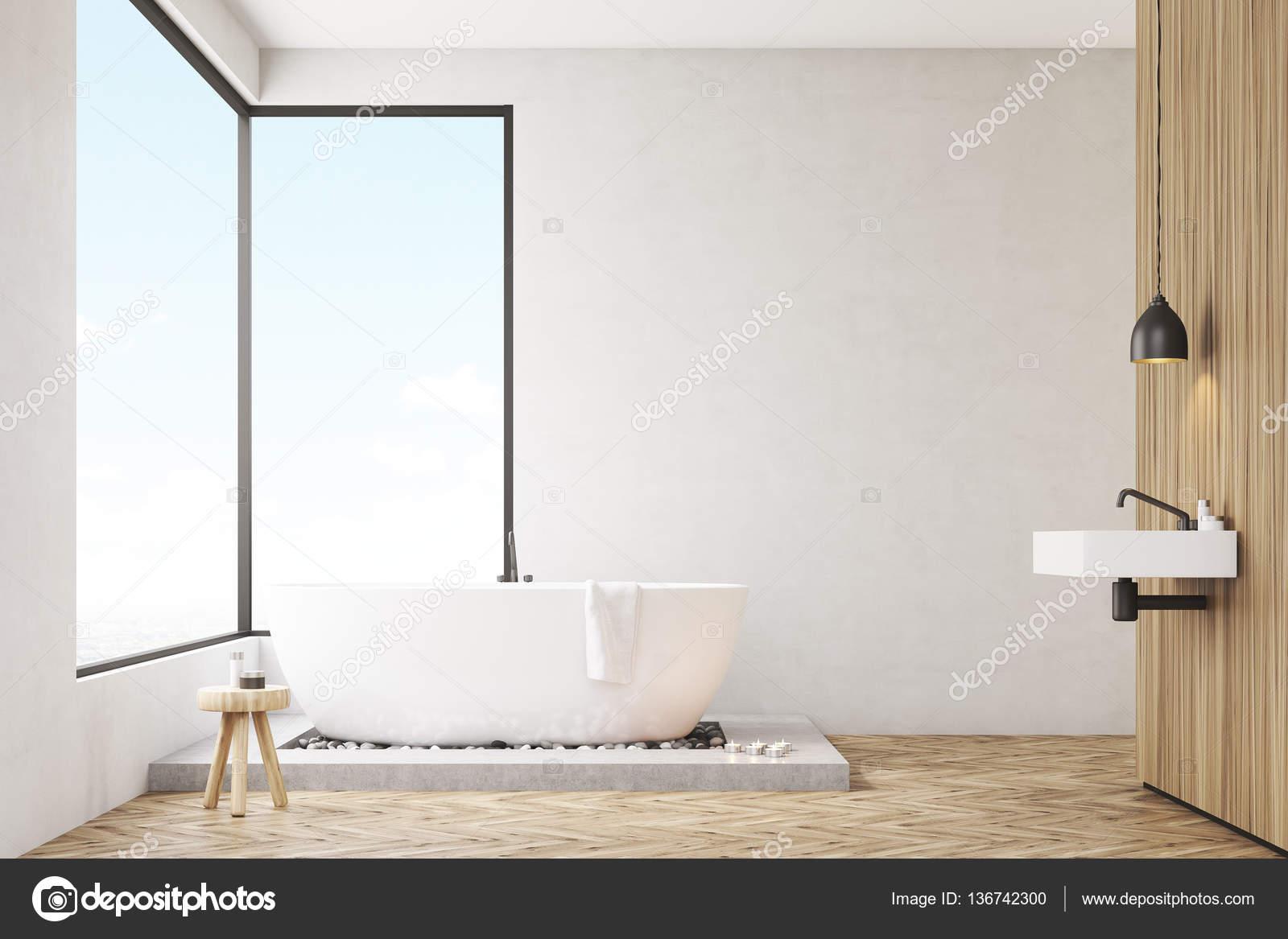 Badezimmer Mit Einer Holzwand Stockfoto C Denisismagilov 136742300