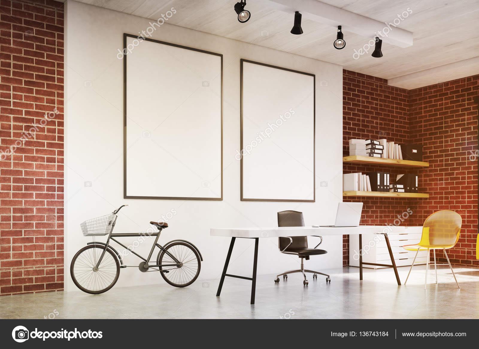 Home-Office mit gelber Stuhl, zwei Plakate, getönt — Stockfoto ...