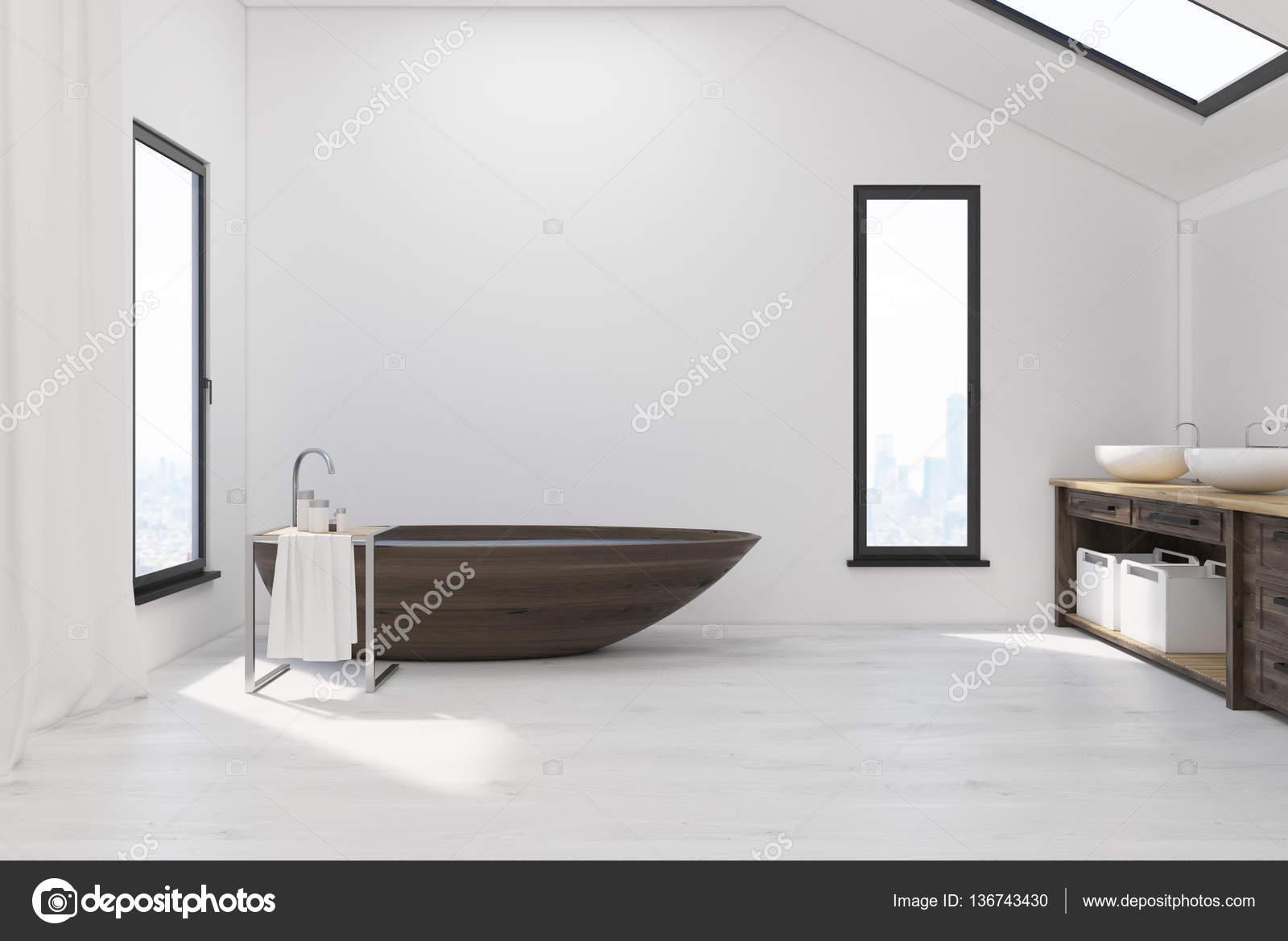Bagno piano mansardato con vasca in legno foto stock - Vasca bagno legno ...