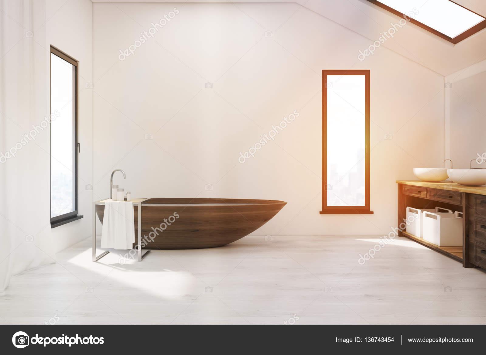 Badkamer met houten bad en twee putten — Stockfoto © denisismagilov ...