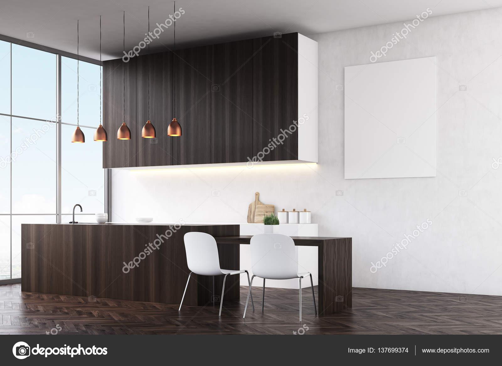 Cocina con paredes blancas, contadores de madera oscuros y sillas ...