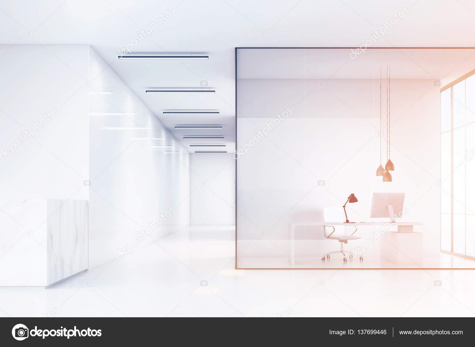 Vue latérale d un hall de bureau avec un comptoir de réception en