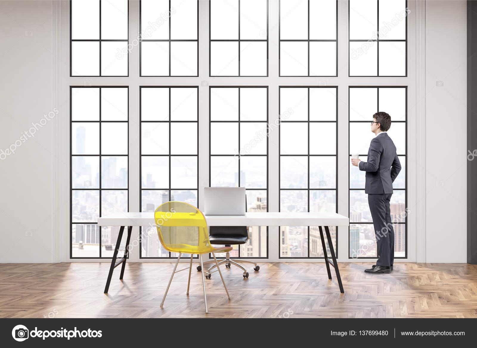 Chef de la direction sur son lieu de travail avec bureau blanc une