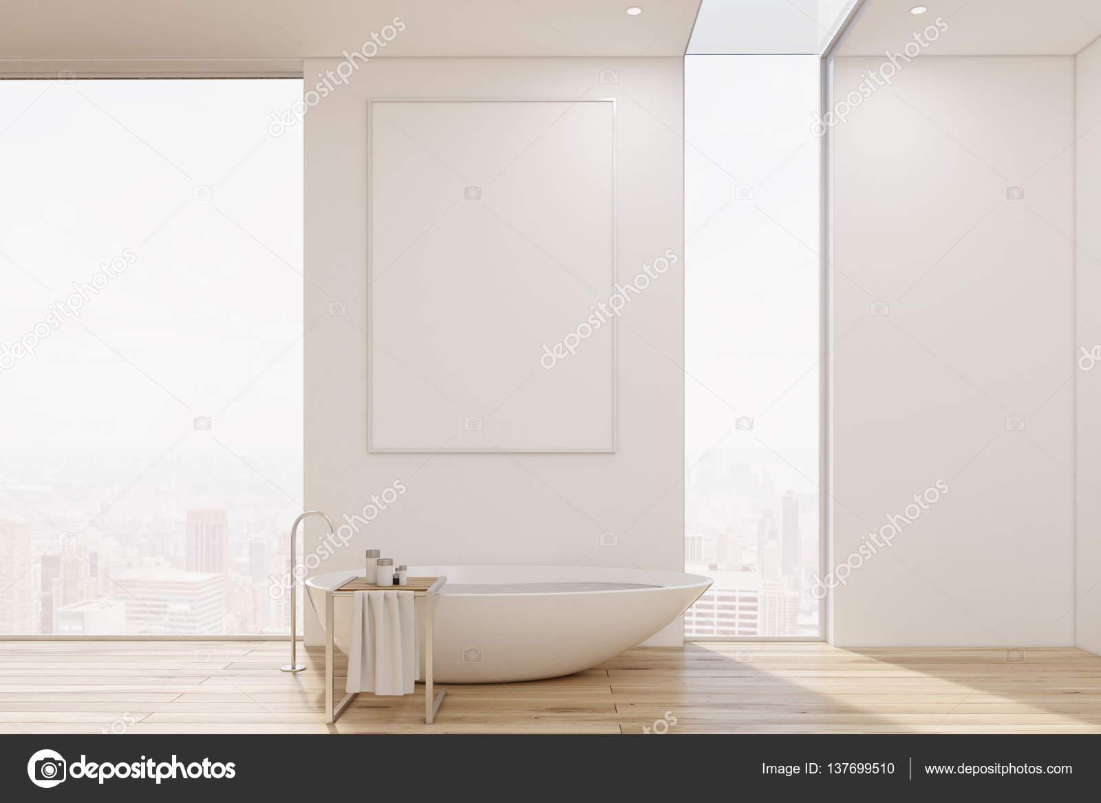 Witte badkamer interieur met een bad van oorspronkelijke shape en ...