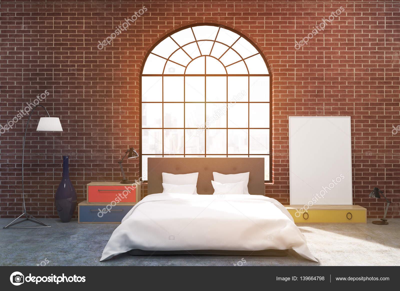 Vista frontal de un dormitorio con paredes de ladrillo y un arco en ...
