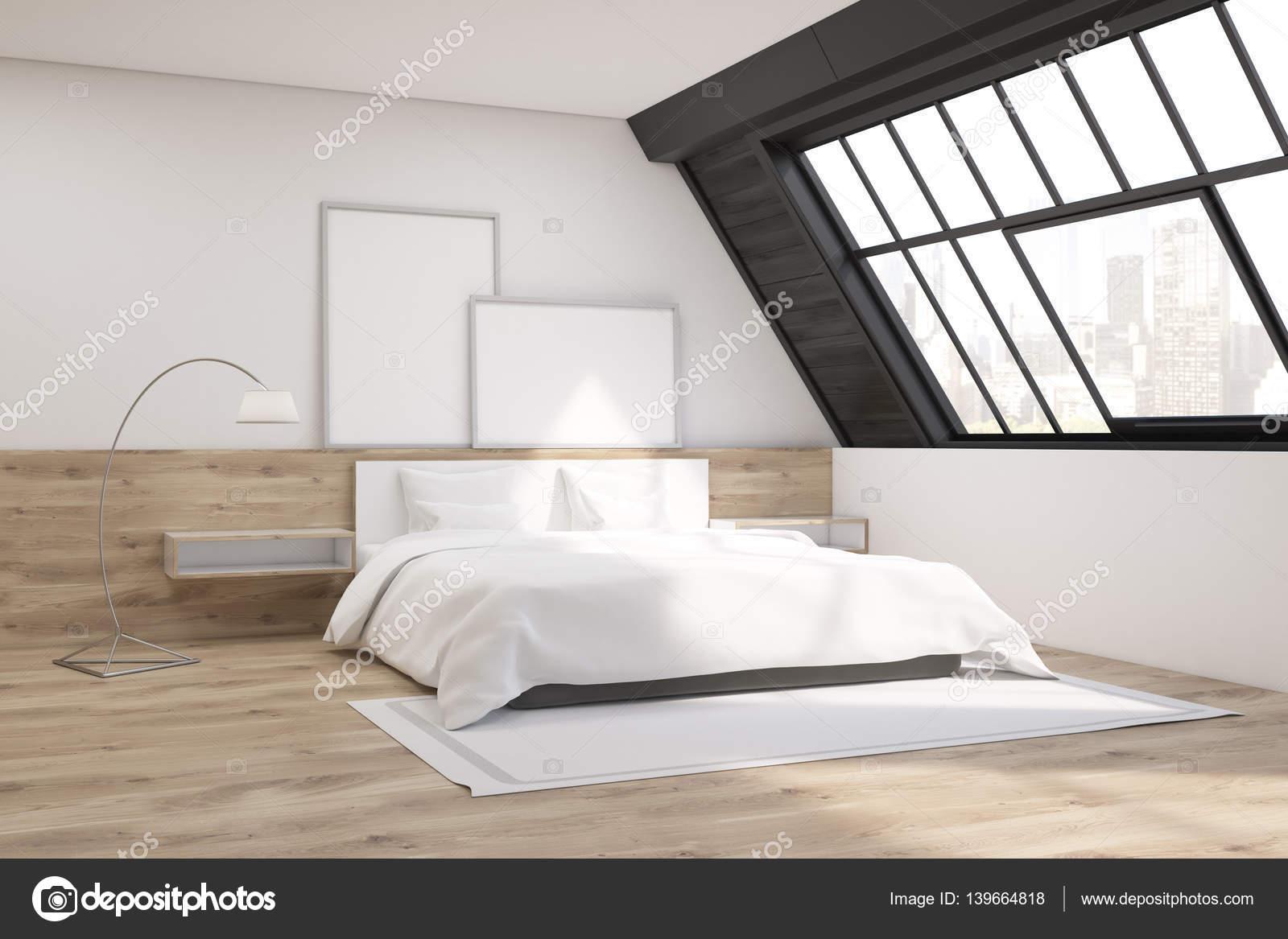 Camera da letto mansardata con tappeto foto stock for Mensola sopra letto