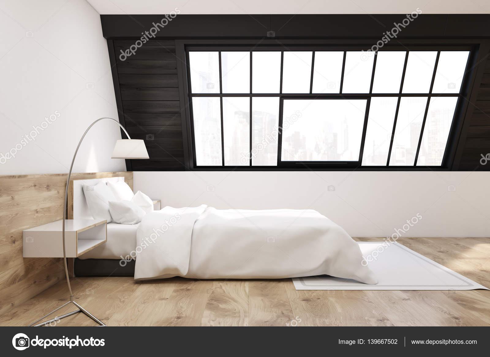Slaapkamer Met Tapijt : Zijaanzicht van de slaapkamer van een zolder met een tapijt licht
