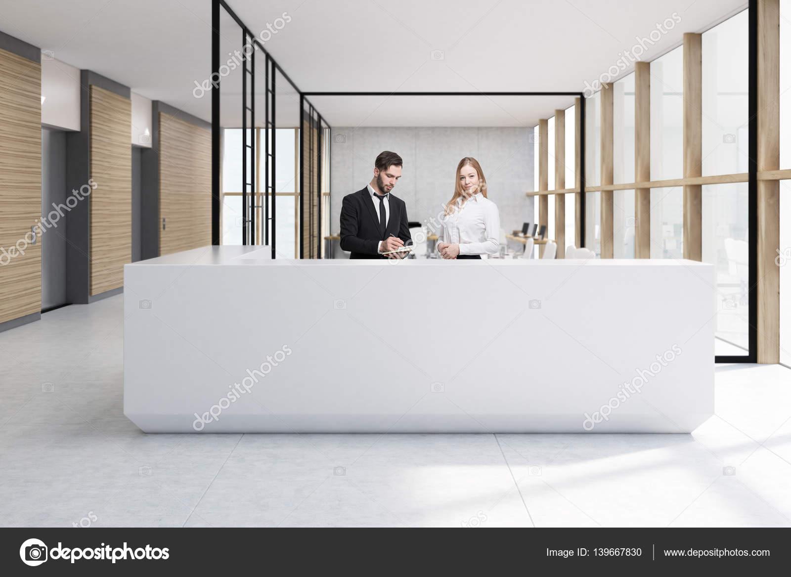 Menschen an der weißen Rezeption in Glas-Büro — Stockfoto ...