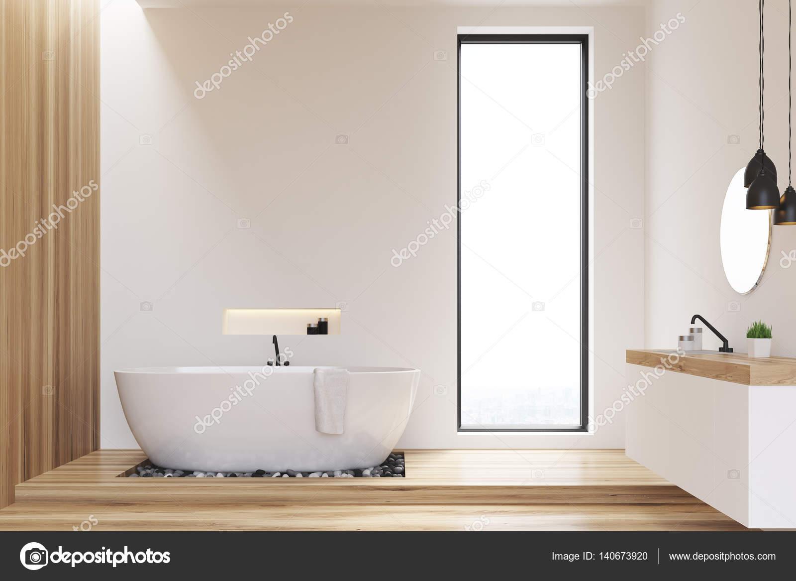 Pareti Bianche E Beige : Bagno di pareti bianche e legno u foto stock denisismagilov