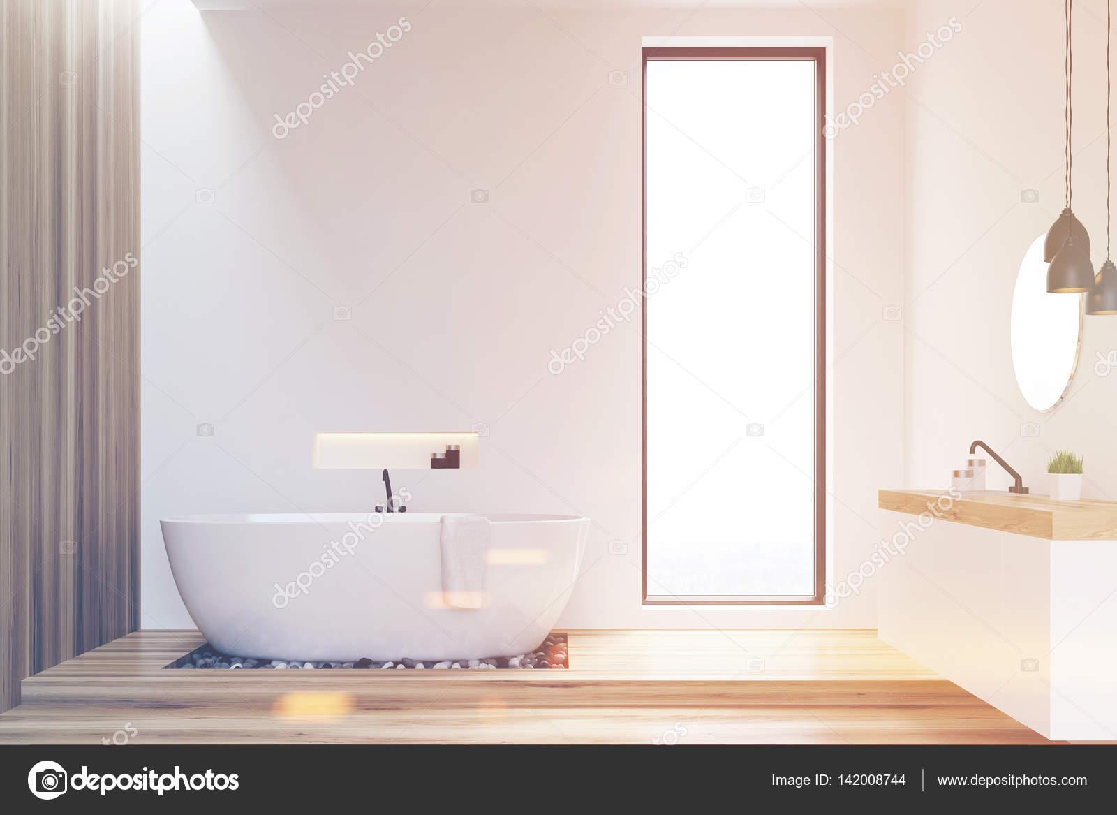 Witte en houten muren badkamer, afgezwakt — Stockfoto ...