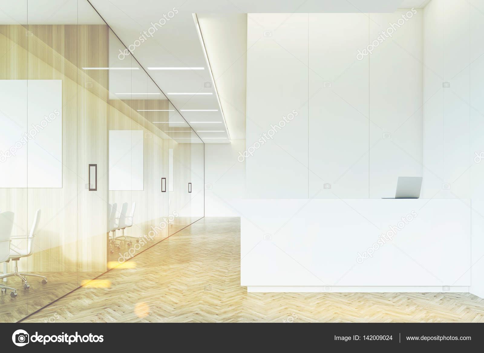 Unternehmen-Korridor mit Rezeption und Glas, getönt ...