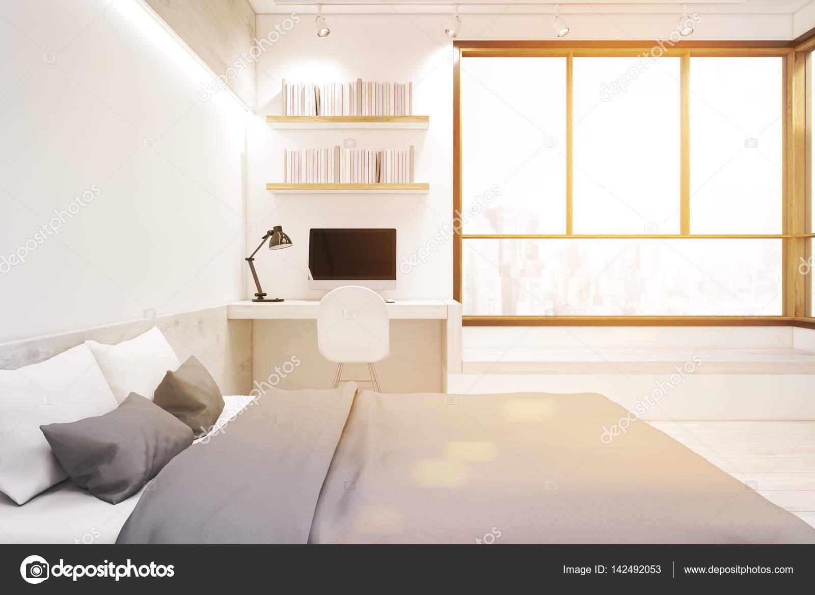 Intérieur de la chambre blanche avec ordinateur tonifié