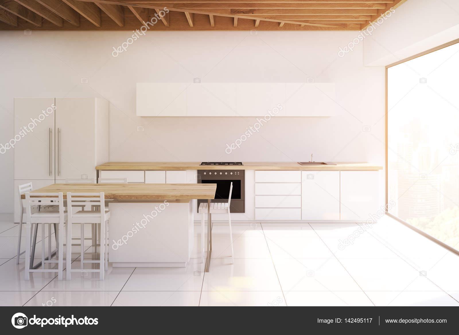 Cozinha Com Tecto De Madeira Quadro Estreito Em Tons Stock Photo